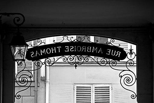 アンブロワーズトマ通りの通り名案内板装飾