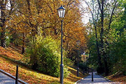 ヴィシェフラッドの紅葉 街灯並ぶ石畳の坂道