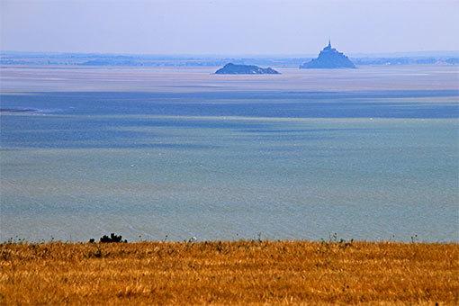 シャンポーの丘 畑と海越しのモンサンミシェルとトンブレーヌ