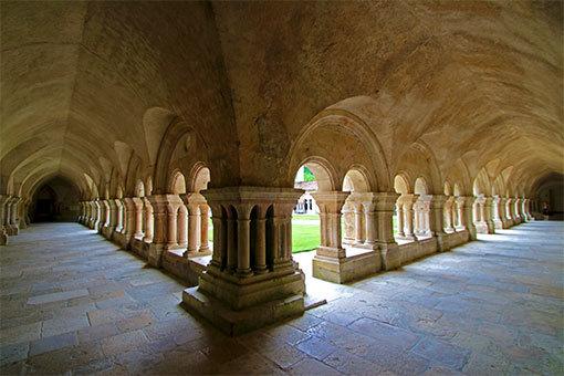 フォントネー修道院 角から撮った回廊写真
