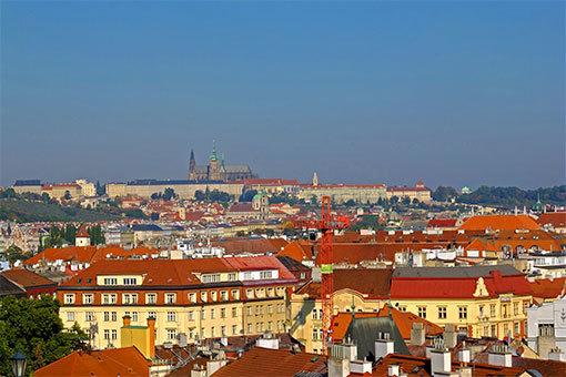 ヴィシェフラッドの丘上から望むプラハの街とプラハ城