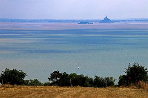 シャンポーの丘から望むモンサンミシェルとトンブレーヌとヨット