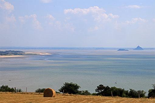 シャンポーの丘から望むモンサンミシェルとトンブレーヌと左に見える岬