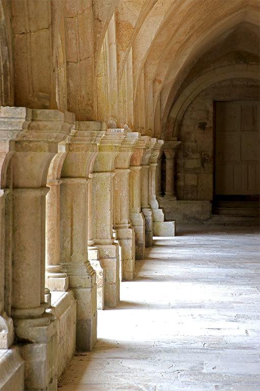 フォントネー修道院の回廊の柱群
