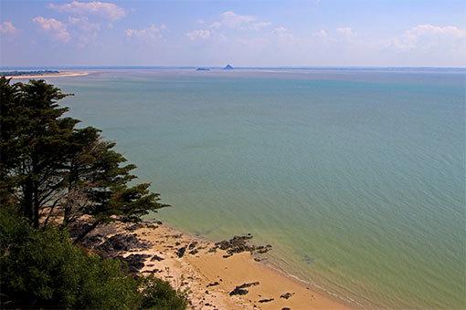 シャンポーの崖下の砂浜、海、岬、モンサンミシェルとトンブレーヌ