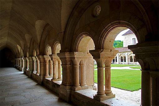 フォントネー修道院の回廊と中庭の緑