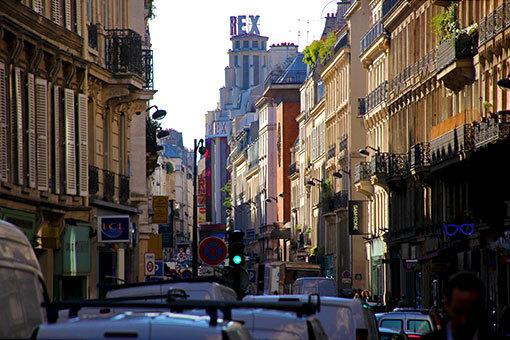 映画館REXの見えるフォーブール・ポワッソニエール通りの喧騒