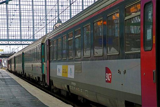 パリ・オーステルリッツ駅に停車する特急