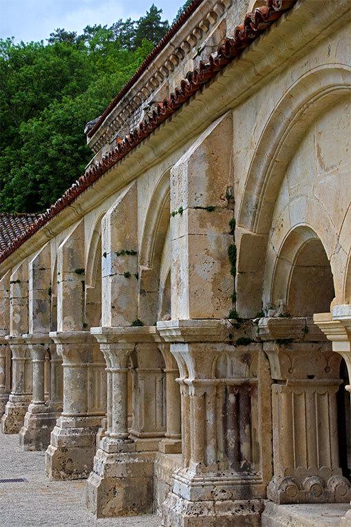 フォントネー修道院の柱の日の当たる中庭側