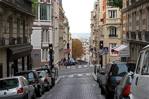 トゥルラック通り 黄色信号の坂道の風景