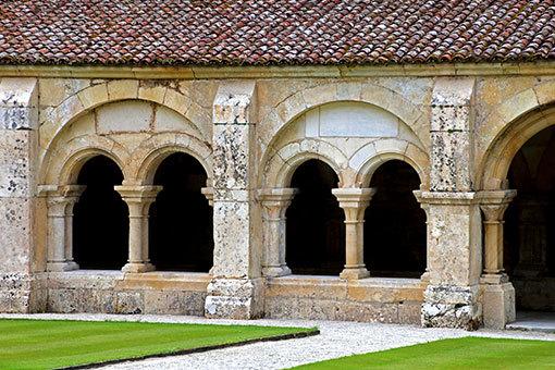 フォントネー修道院の回廊 中庭越しの向こう正面の外壁