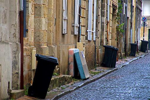 ボルドー 戸口にゴミ箱並ぶローズ通り