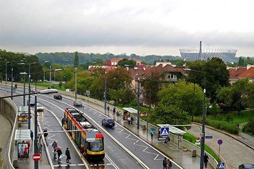 高台の王宮脇からヴィスワ川越しに望む国立競技場