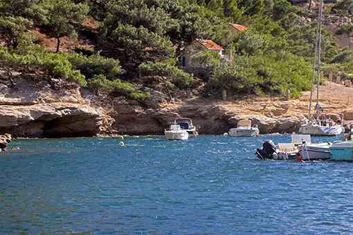 モルジウカランクのブルーの海と船と岩