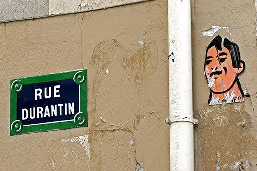 デュランタン通りの道標と顔の壁画