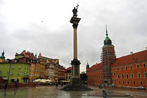 ワルシャワ王宮前のカラフルな旧市街の家々の見える広場