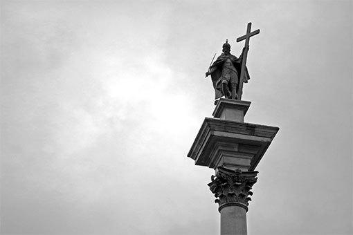 ワルシャワ王宮前に立つジグムント3世の柱上部のアップ