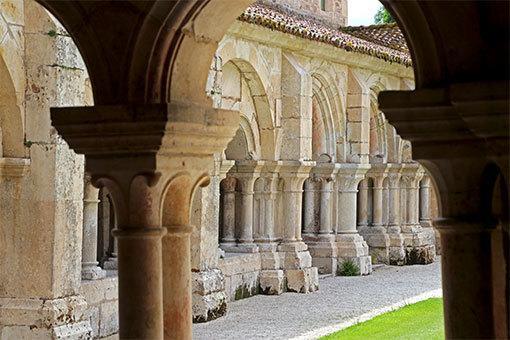 フォントネー修道院回廊 前景の影の柱の間から後景の明るい柱