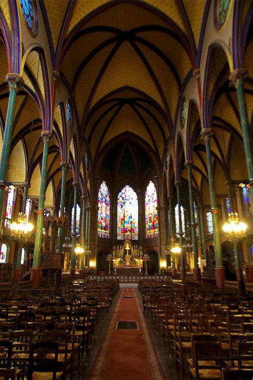 サントゥージェーヌ教会 内部全体を縦に拡大切り取り写真