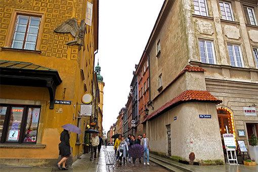 ワルシャワ旧市街広場への入口
