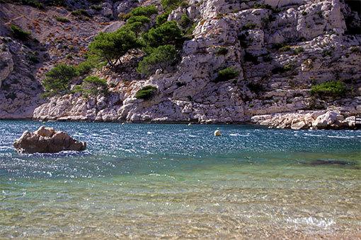 モルジウカランクの小ビーチ 横向き写真 透明な水と向こうの岩肌