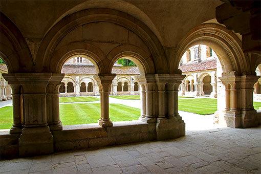 フォントネー修道院回廊 回廊の中で下がって、手前回廊部と中庭の緑と向こう側の回廊部