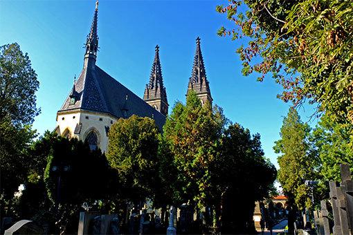 ヴィエシェフラッドの民族墓地から隣の教会の屋根を望む