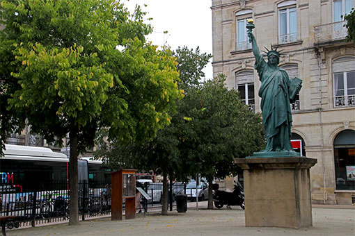 ボルドーのピカール広場に立つ自由の女神像