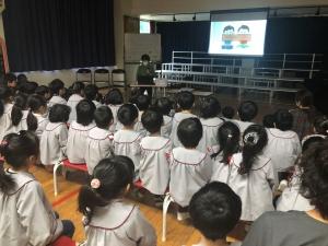 北島会員のお話に聞き入る子供たち
